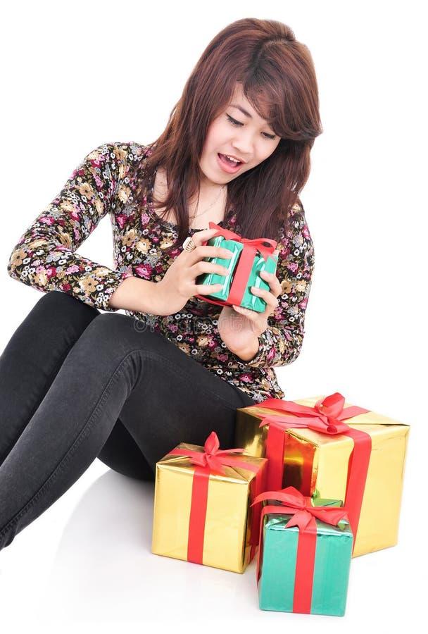 少妇惊奇看礼物 免版税库存图片