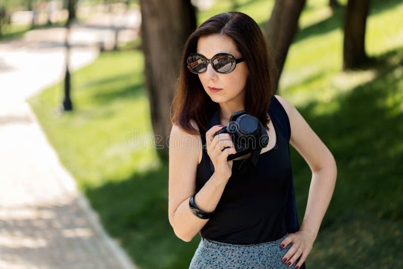 少和少妇_少妇摄影师,游人一条蓝色裙子的和黑色. 方式, 摄影师.