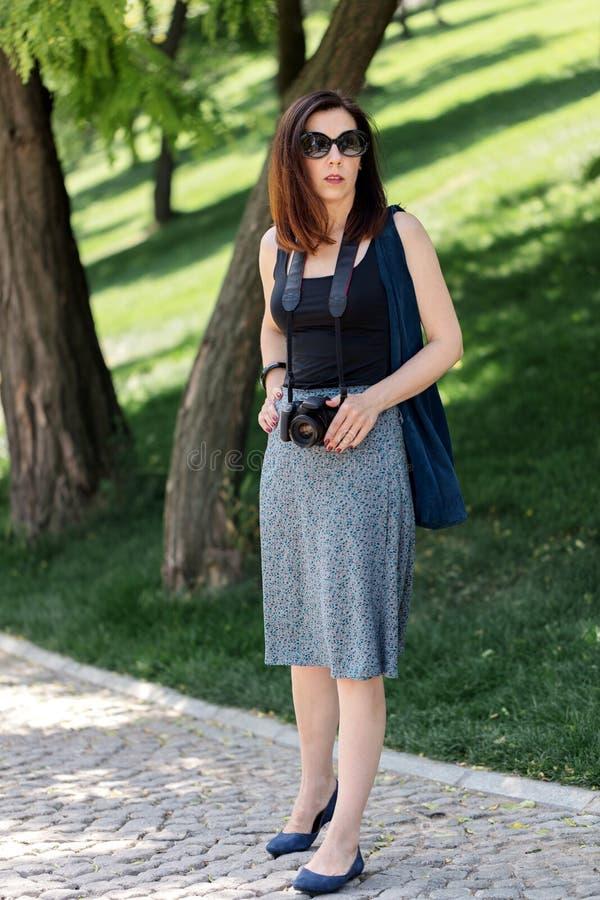 少和少妇_少妇摄影师,游人一条蓝色裙子的和黑色. 投反对票, 人员.