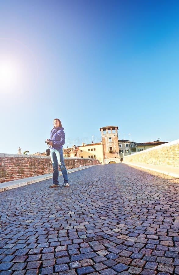 少妇摄影师放光早晨太阳桥梁Ponto彼得拉castel Vecchio阿迪杰河意大利维罗纳 免版税库存图片