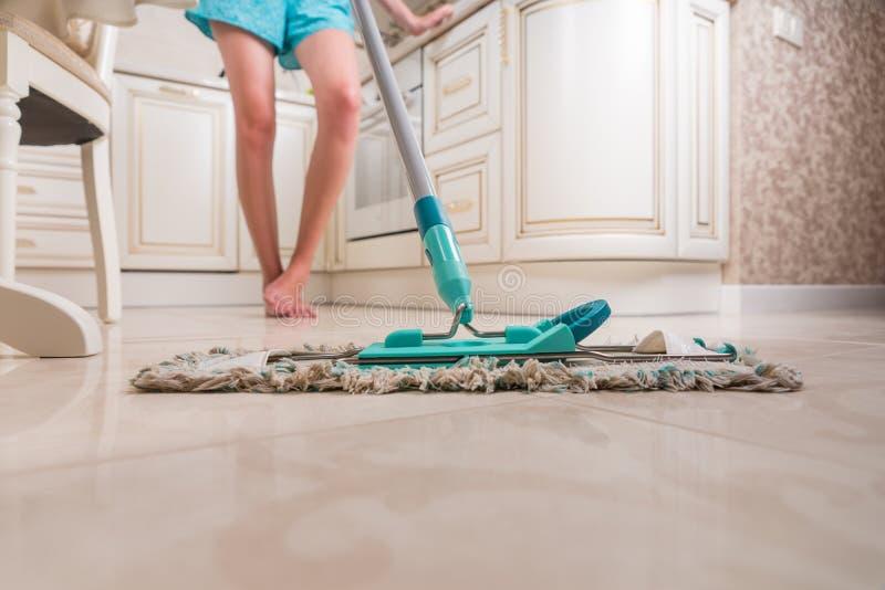 少妇擦的厨房地板 库存图片