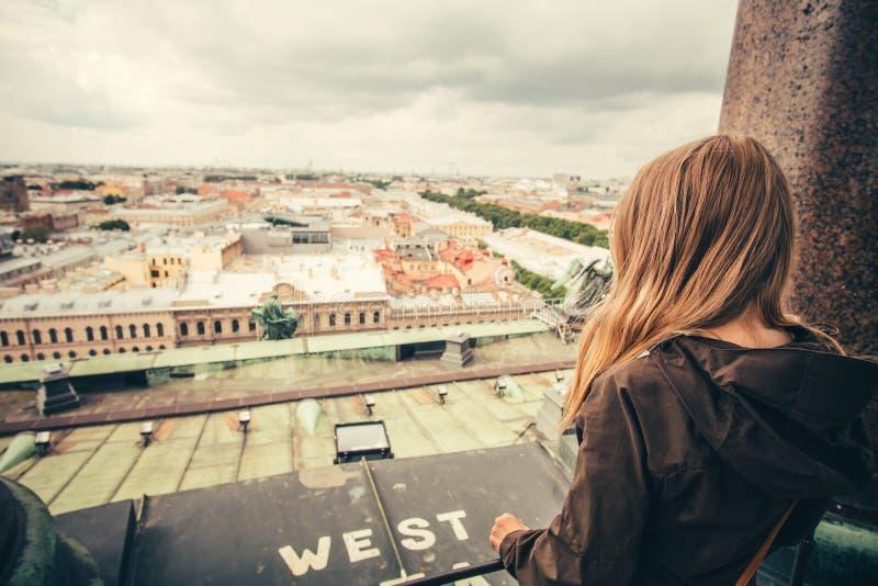 少妇放松室外与鸟瞰图城市 免版税库存照片