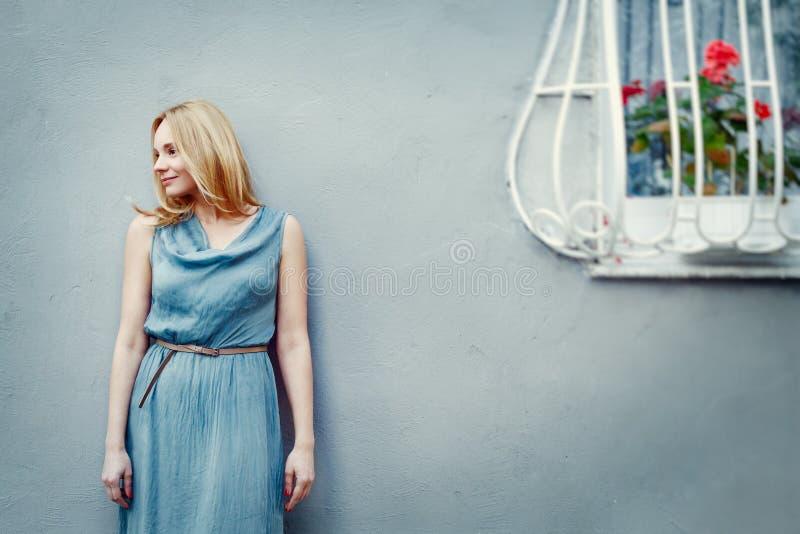 少妇时尚画象在墙壁附近的 库存照片