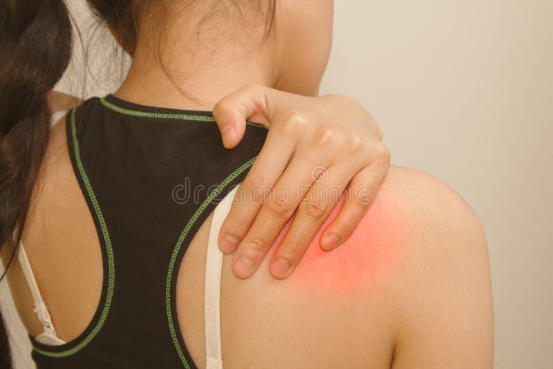 少妇有痛苦在她的肩膀 图库摄影
