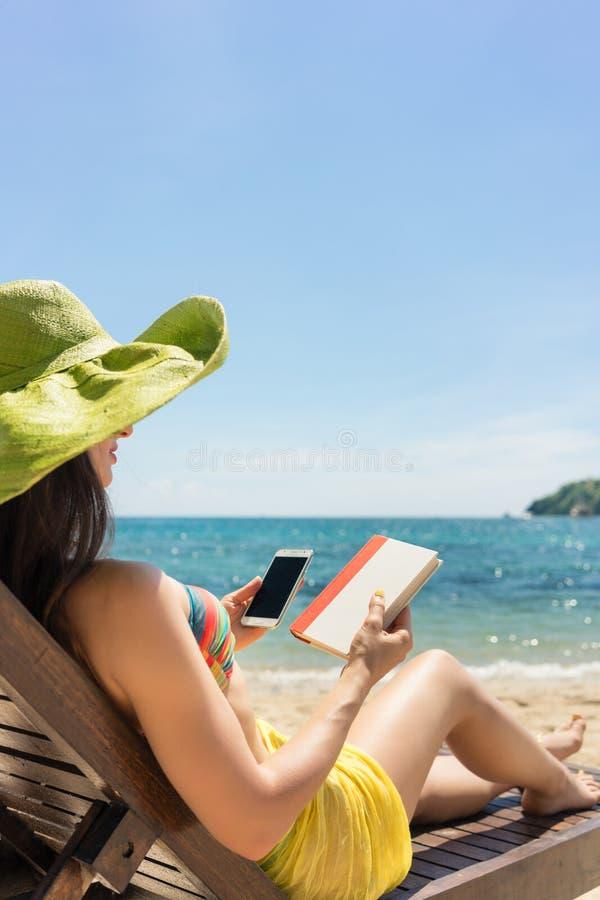 少妇未定在读书和花费时间之间o 免版税库存照片