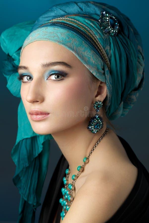 少妇浪漫画象一条绿松石头巾的在花花公子 库存照片