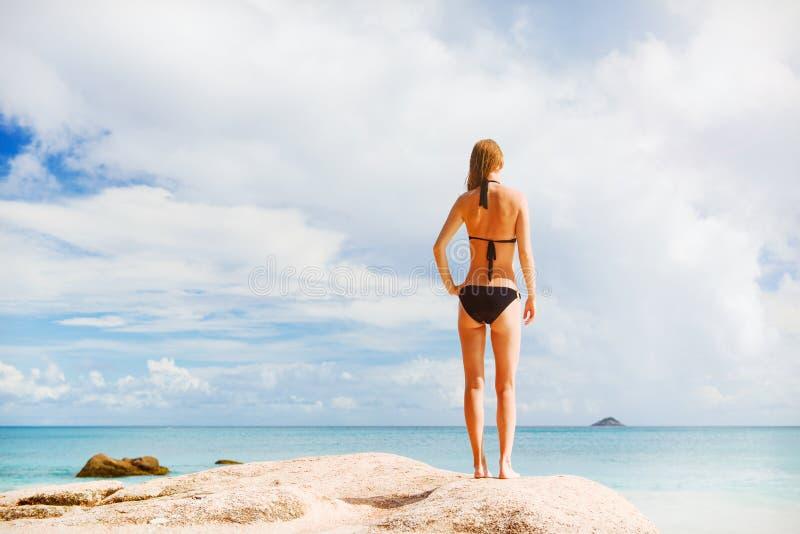 少妇海滩 免版税库存照片