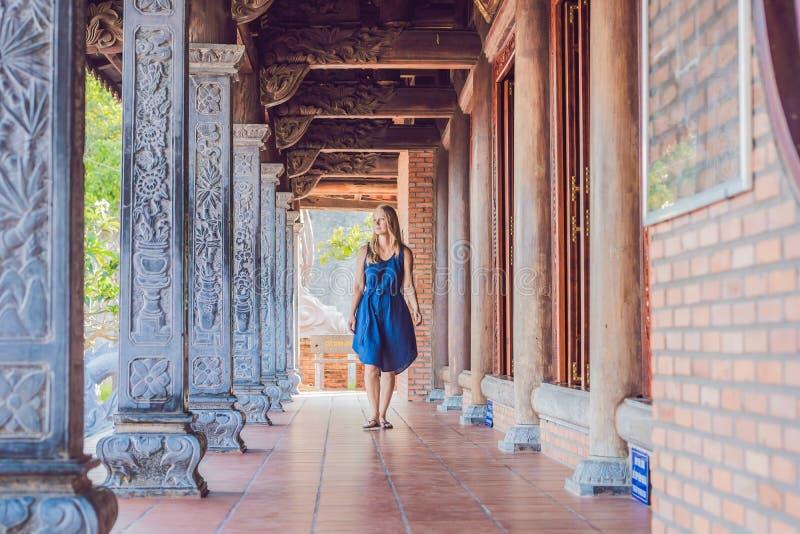 少妇游人在塔 旅行的亚洲概念 旅行与婴孩概念 免版税图库摄影