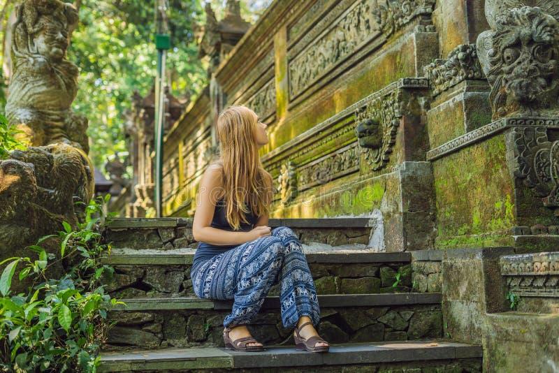 少妇游人在Ubud,巴厘岛探索猴子森林,  库存照片