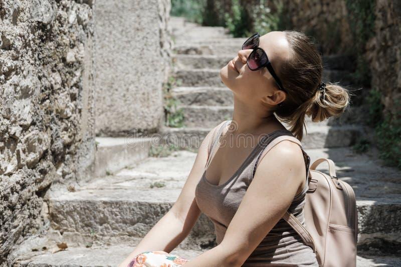 少妇游人步行老镇在黑山 愉快的女孩 免版税库存照片