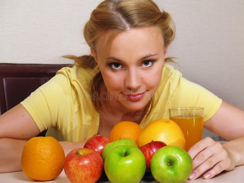 少妇用五颜六色的果子 免版税库存图片