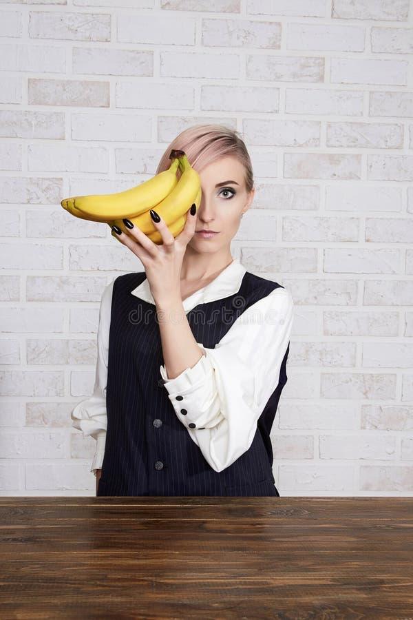 少妇用香蕉 库存图片