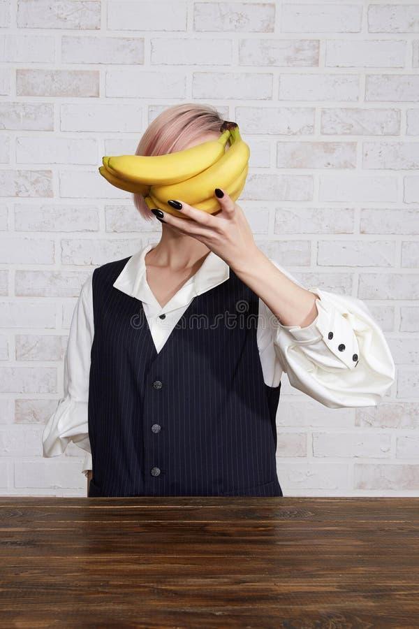 少妇用香蕉 图库摄影