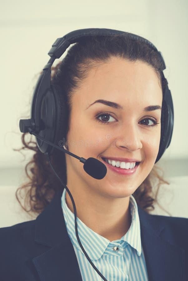 少妇电话中心操作员谈话与客户 免版税库存照片