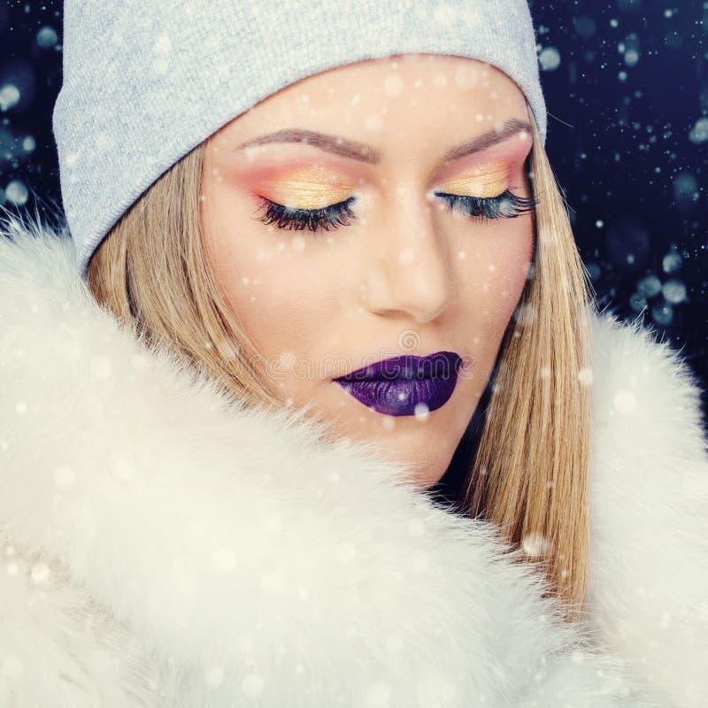 少妇画象冬天室外圣诞节的 免版税库存图片