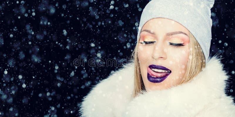 少妇画象冬天室外圣诞节的 免版税图库摄影