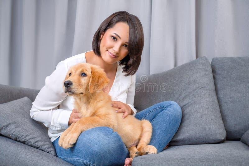 少妇画象有她的狗的 免版税库存图片