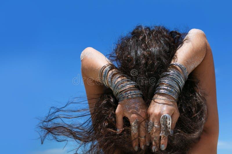 少妇的手有boho辅助部件的在海滩关闭 免版税图库摄影
