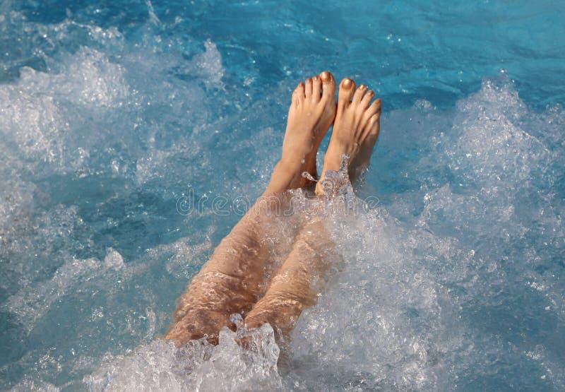 少妇的赤脚在一个hydromassage会议期间的在lu 免版税库存图片