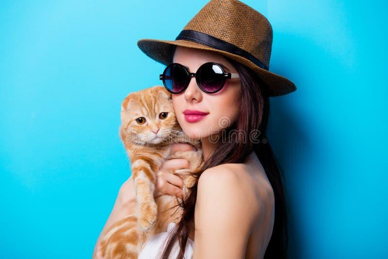 少妇的画象有猫的 免版税库存图片