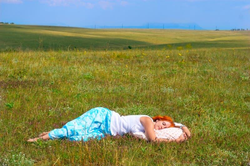 少妇睡眠公开 免版税库存图片
