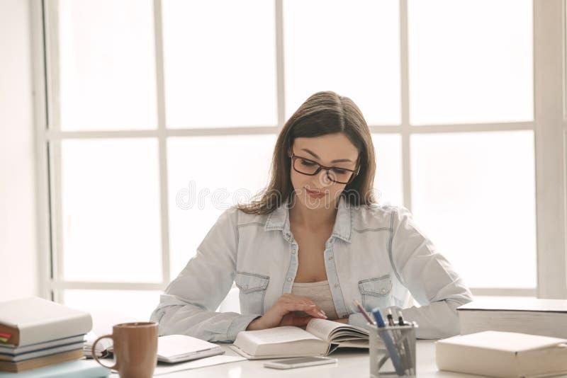 少妇研究在家单独教育 免版税库存照片