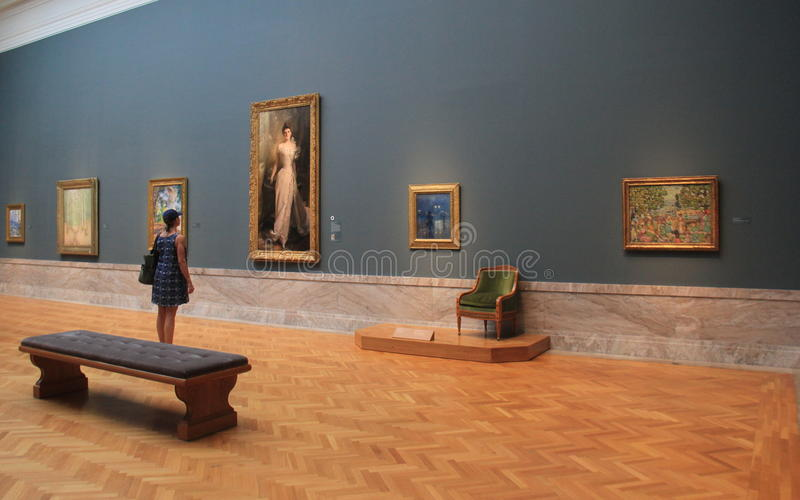 少妇站立在杰作前面的,克利夫兰美术馆,俄亥俄, 2016年 免版税库存照片