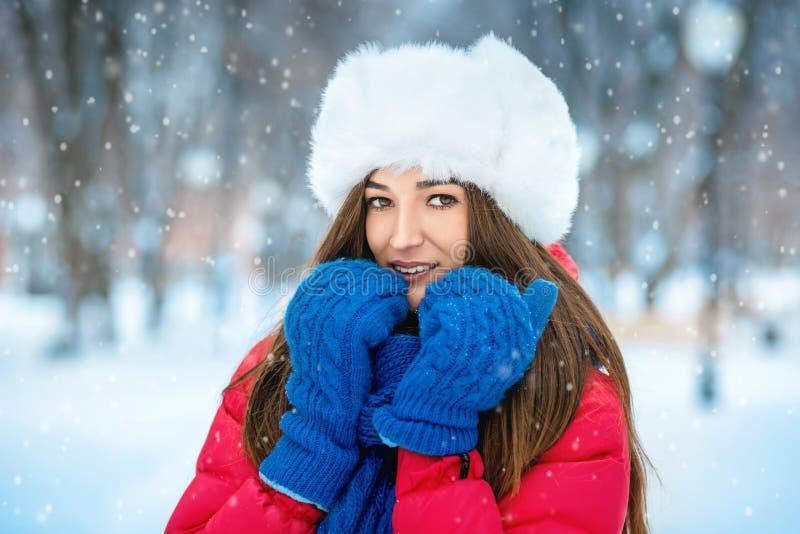 少妇美丽的冬天画象冬天多雪的sce的 免版税库存图片