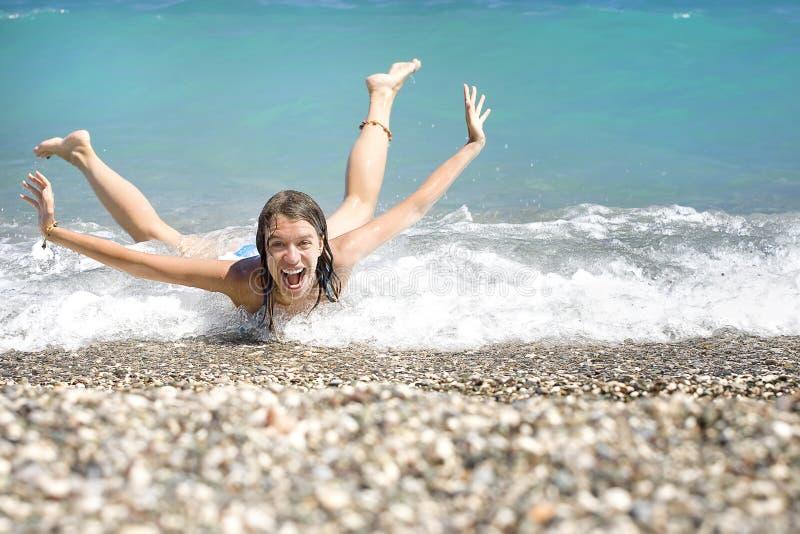 少妇获得乐趣在海运 免版税图库摄影