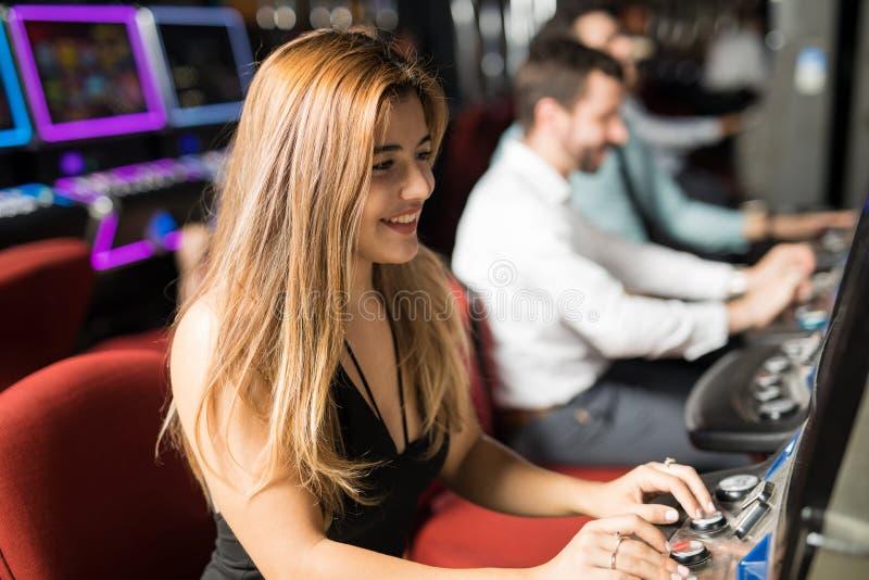 少妇获得乐趣在赌博娱乐场 免版税库存图片