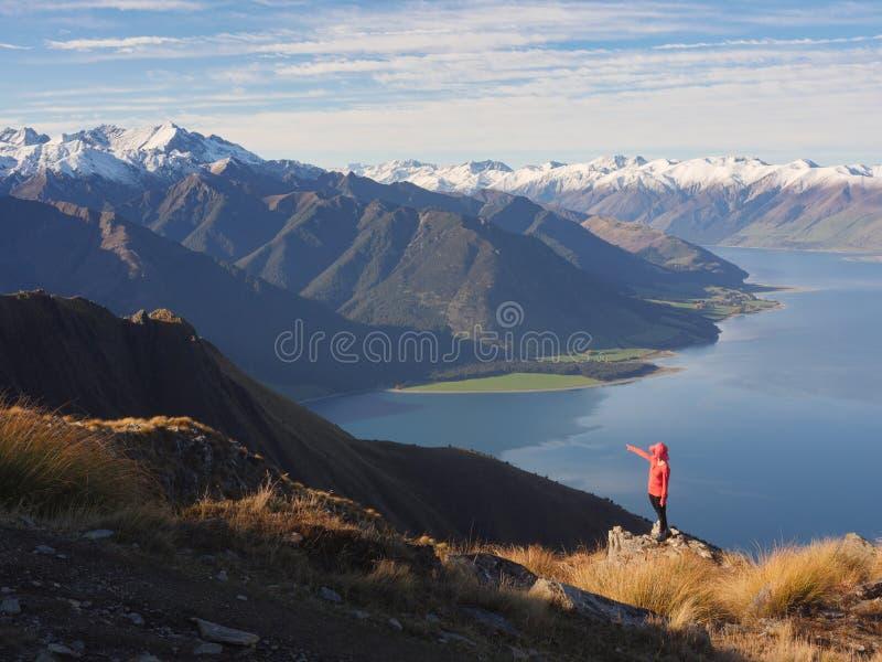 少妇观察山风景 库存图片