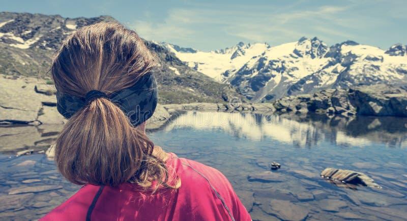 少妇观看的山湖 免版税库存照片