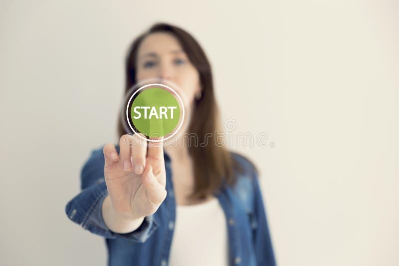 少妇设计师感人的真正按钮开始 新的开始,起点,企业概念 免版税库存照片