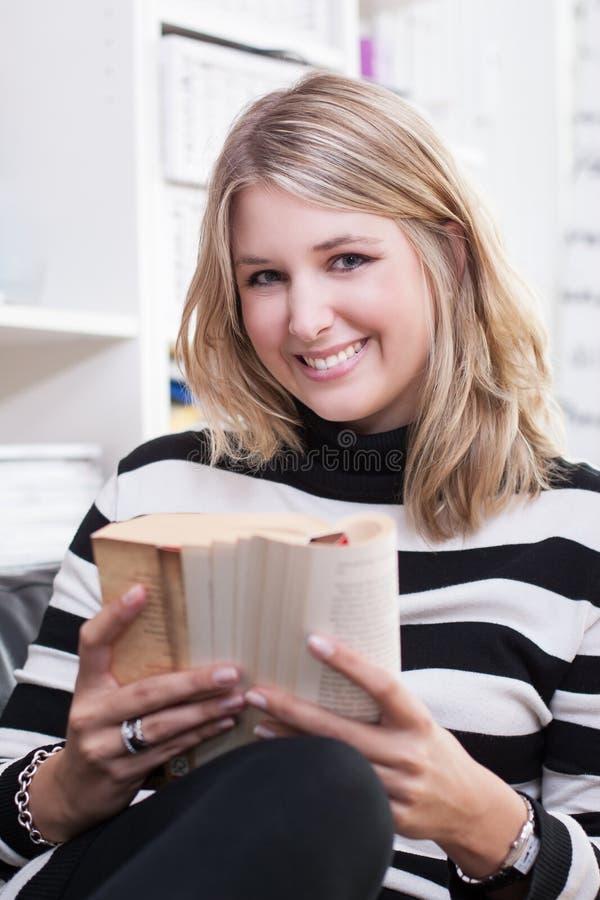 少妇读一本书 免版税库存照片