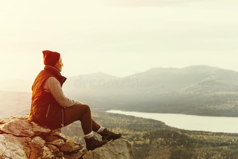 少妇远足者享受看法在海边山峰 库存照片
