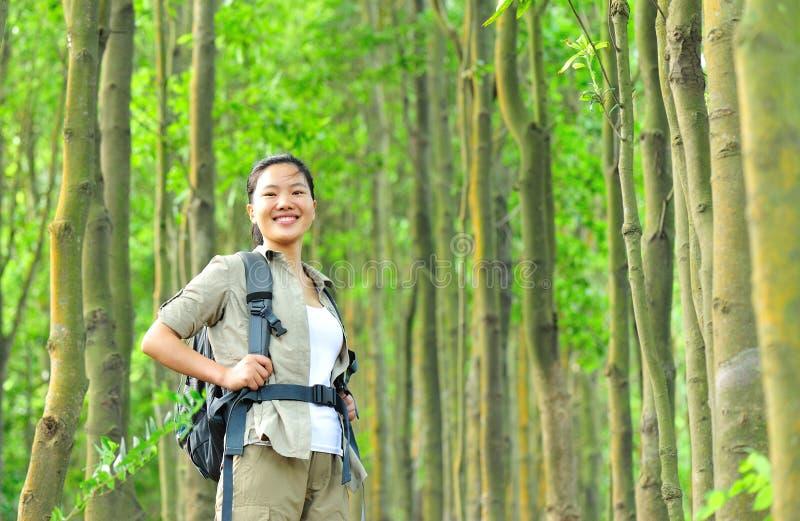 少妇远足者在热带密林 库存照片