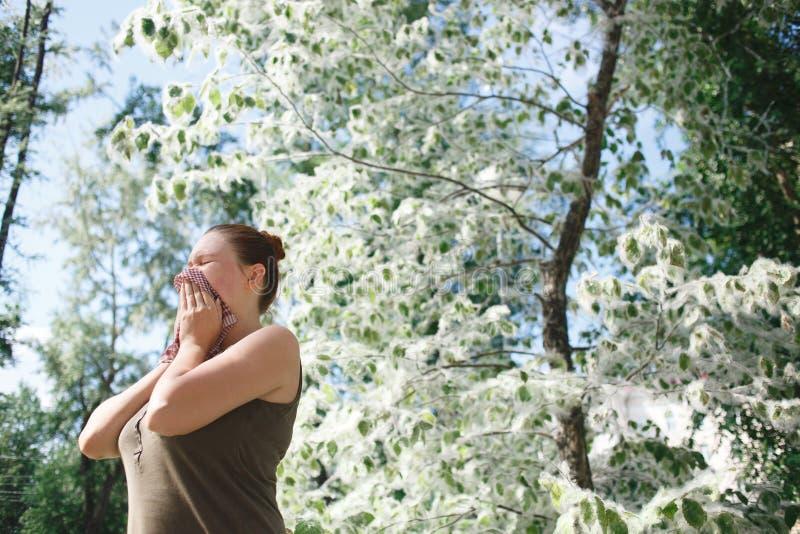 少妇遭受的春天花粉过敏 白杨树绽放季节 免版税图库摄影