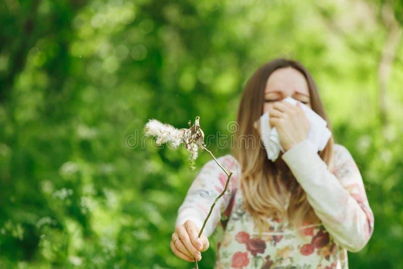 少妇遭受的春天花粉过敏 图库摄影