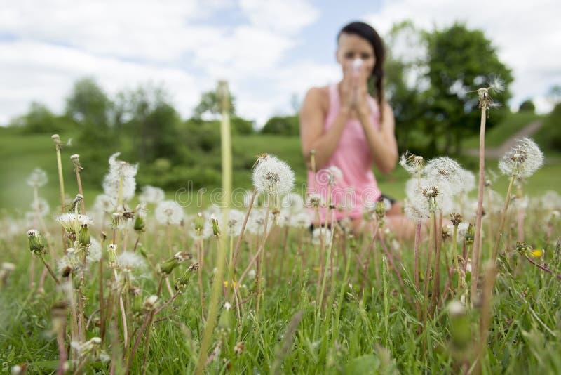 少妇遭受的春天花粉过敏 库存图片