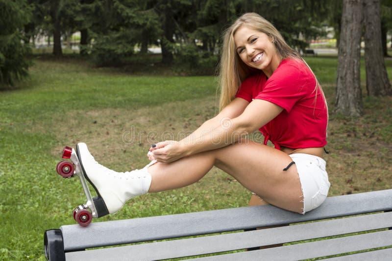 少妇附有这些溜冰鞋 图库摄影