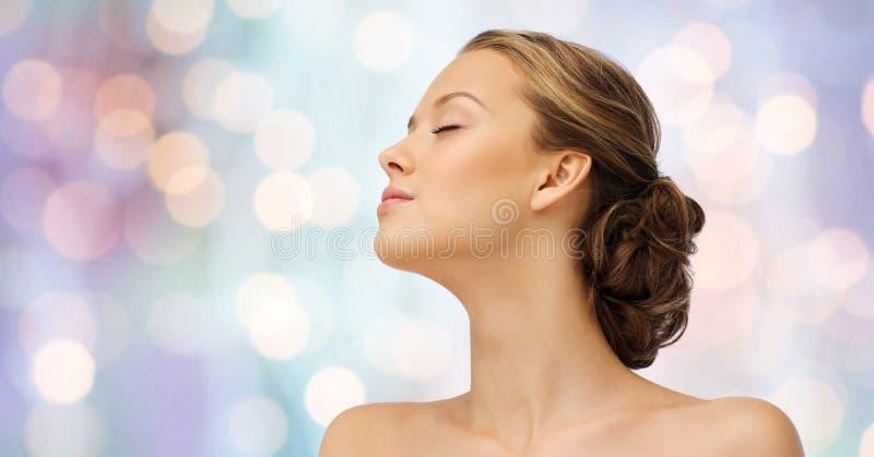 少妇面孔和肩膀在紫色光 库存照片