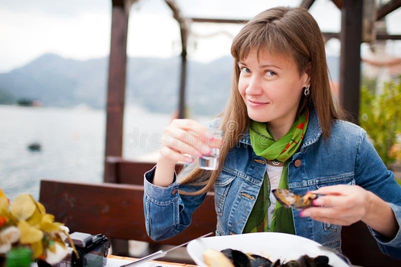 少妇饮用的伏特加酒 免版税库存照片