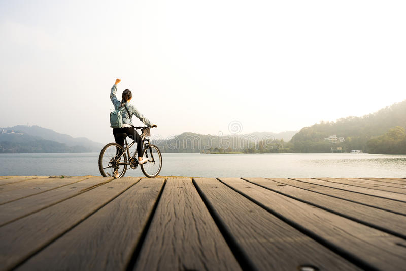 少妇骑自行车 库存照片