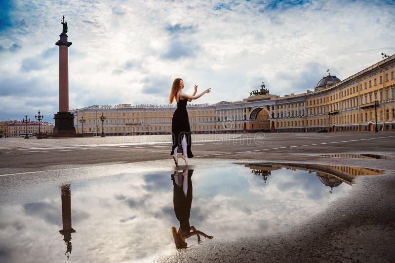 少妇,芭蕾舞女演员在正方形跳舞 免版税库存照片