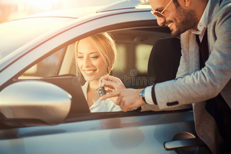 少妇购买一辆新的汽车 库存图片