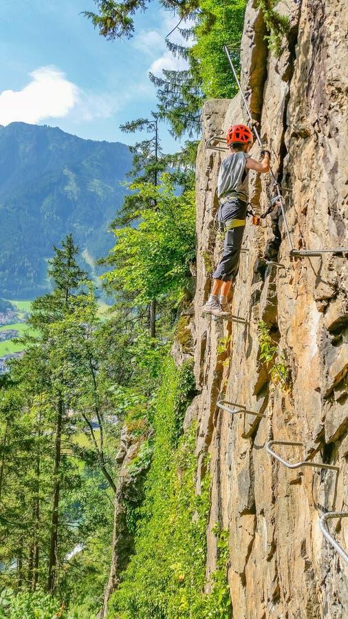 少妇登山人通过ferrata,阿尔卑斯,奥地利 库存图片