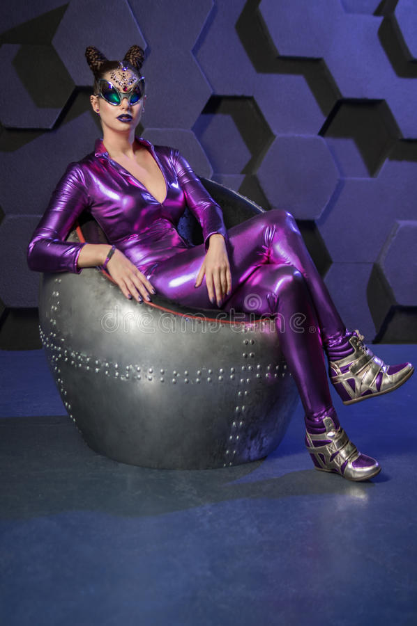 少妇幻想紫罗兰服装 免版税库存照片