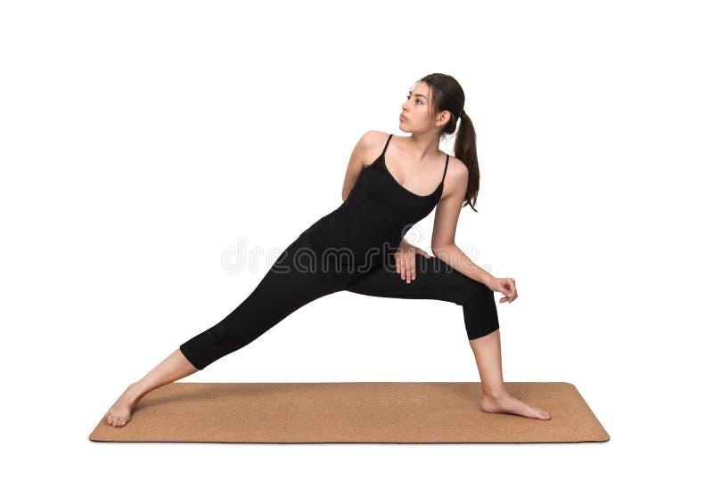 少妇锻炼在瑜伽席子的瑜伽姿势 免版税库存照片