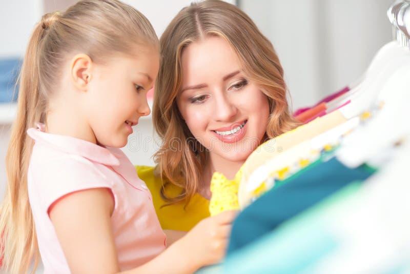 少妇去购物与她的女儿 免版税库存照片