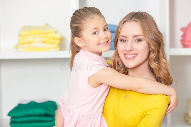 少妇去购物与她的女儿 库存图片